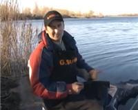 Видео «О рыбалке всерьез» — Весенняя ловля плотвы на фидер